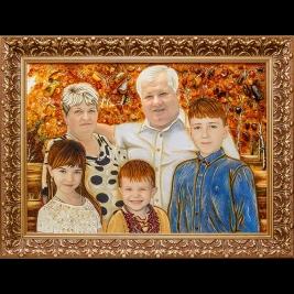 Семейный портрет большого размера в резной деревянной раме. Размер портрета из янтаря 60 х 80 см.