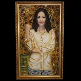 Портрет из янтаря молодой девушке на подарок. Размер портрета 40 х 70 см. в деревянной раме. Доступная цена портрета сегодня.