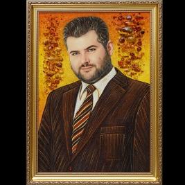 На фото портрет из янтаря ручной работы. Портрет из янтаря ручной работы в деревянной раме. Цена портрета из янтаря мужчины 5 тыс. грн.