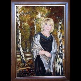 На фото женский портрет из янтаря. Изготовление янтарных портретов по фотографии в Киеве